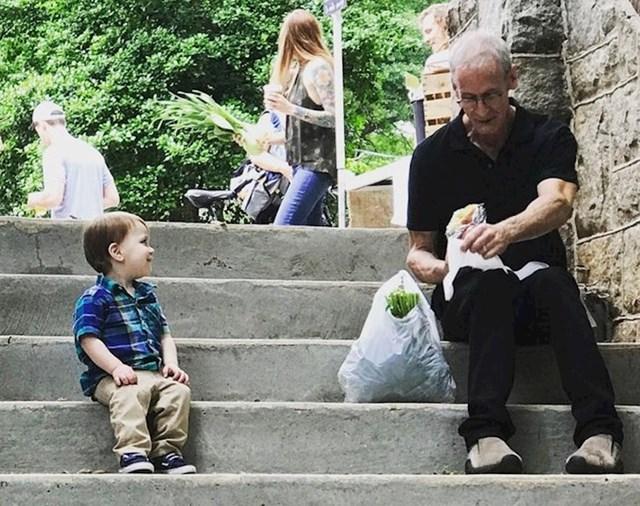 """""""Hodali smo kroz zelenu tržnicu u našem gradu kad je moj sin odlučio sjesti i sprijateljiti se s jednim starijim muškarcem."""""""
