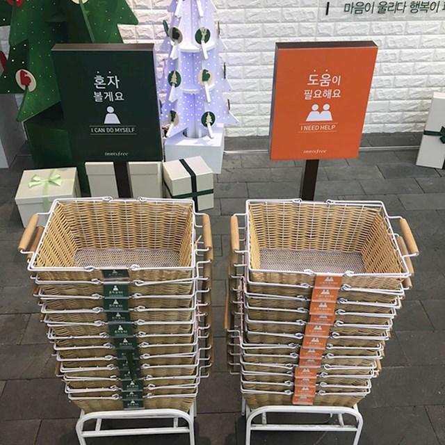 Ovaj supermarket ima košare s oznakama različitih boja. Tamnija označava da kupac ne treba pomoć osoblja, dok ona svjetlija daje znak da je pomoć radnika dobrodošla.