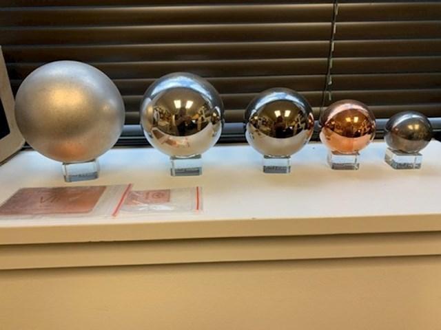 Sve kugle su jednako teške, no napravljene su od različitih kemijskih elemenata (s lijeva na desno: magnezij, aluminij, titanij, bakar, volfram).