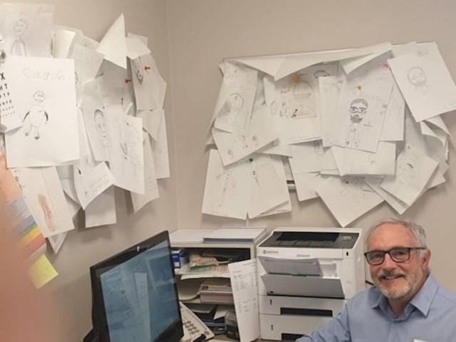 """""""Moj doktor čuva sve crteže koje mu djeca nacrtaju. Pogledajte kako mu izgleda zid na poslu."""""""
