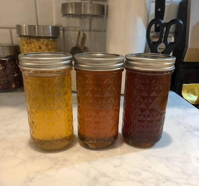 3 staklenke meda različitih boja: prvi je proljetni, drugi ljetni, treći jesenji.