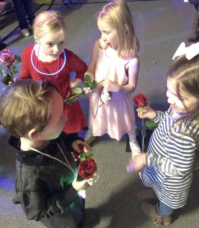 """""""Naš 6-godišnji sin imao je danas svoj prvi školski ples. Njegova simpatija ga je uhvatila kako drugim curicama dijeli ruže."""""""