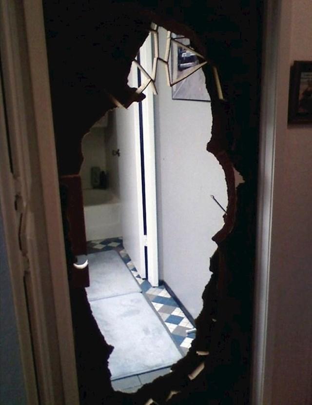 """""""Moj djed je ostao zaključan u kupaonici. Vrata je uništio vodokotlićem kako bi se oslobodio. Evo kako je to izgledalo."""""""