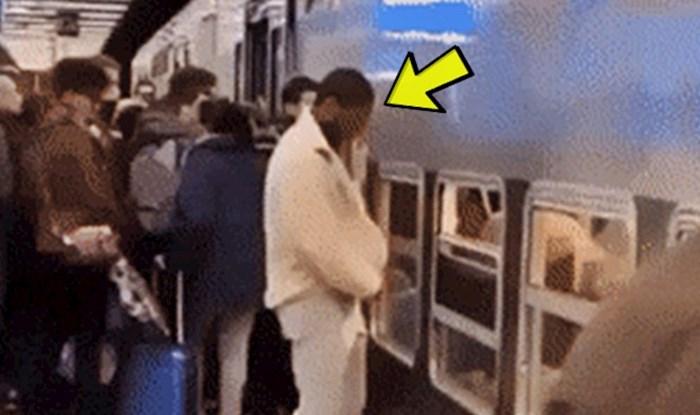 Lik se nije htio gurati na ulazu u vlak pa je pronašao genijalno rješenje