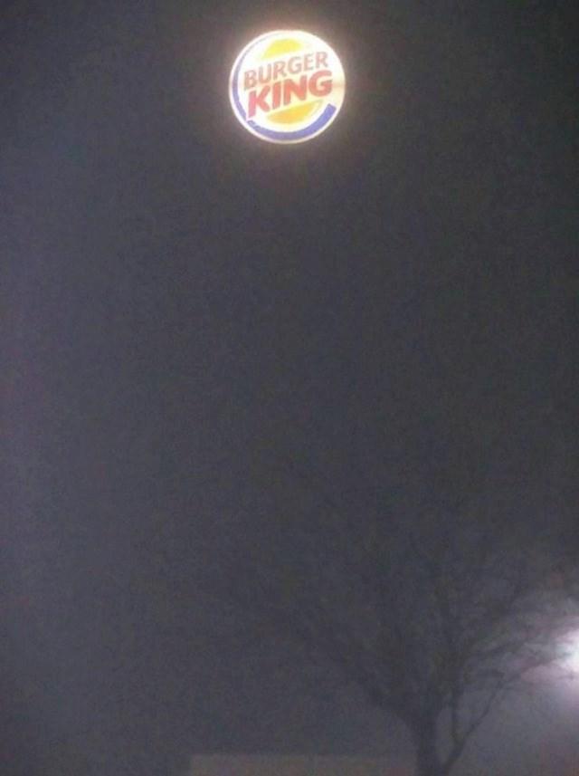 """""""Zgrada se nije vidjela zbog magle. Znak od Burger Kinga izgledao je kao da lebdi u zraku."""""""