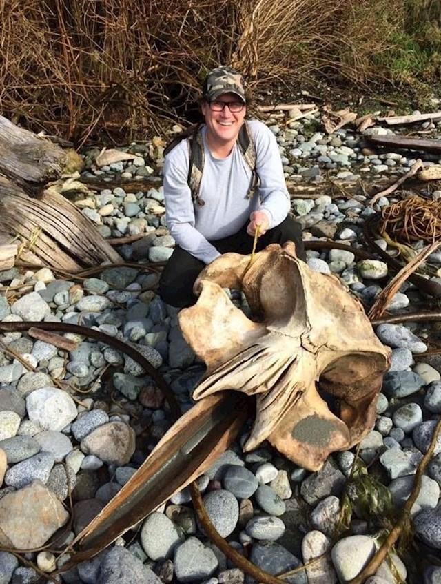 Na obali je pronašao ogromnu lubanju.