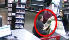Prodavač je počeo trčati kad je vidio što se događa kraj žene koja je bila zaokupljena kupovanjem oružja