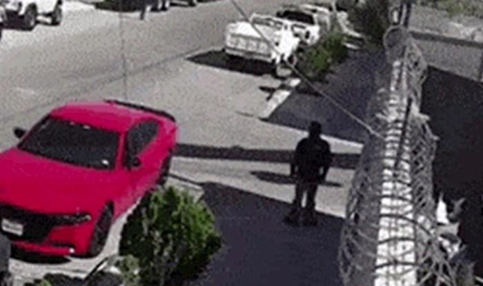 Nadzorna kamera je snimila nevjerojatan prizor, čovjek i vlasnik auta imali su ogromnu dozu sreće