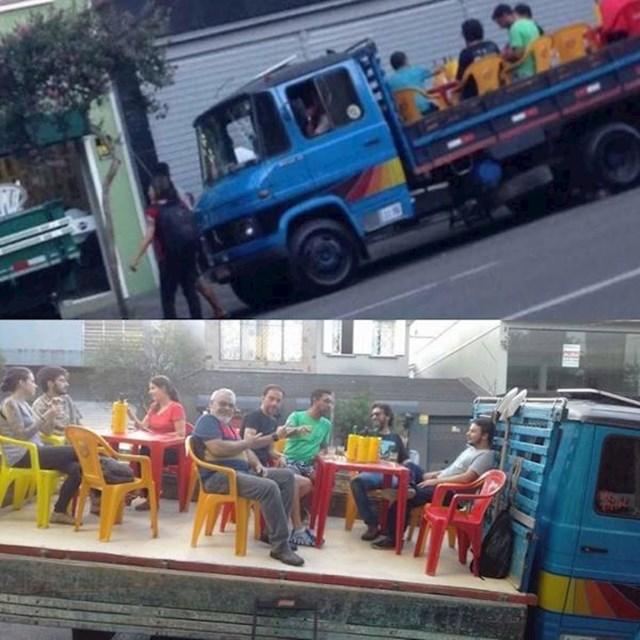 Jedan brazilski gradonačelnik zabranio je vlasnicima kafića i restorana postavljanje stolova i stolica vani. Ovaj restoran je našao rješenje: