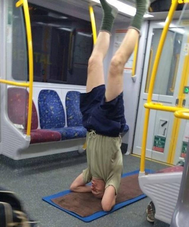 Lik se u podzemnoj željeznici bavio jogom. Svaka čast...