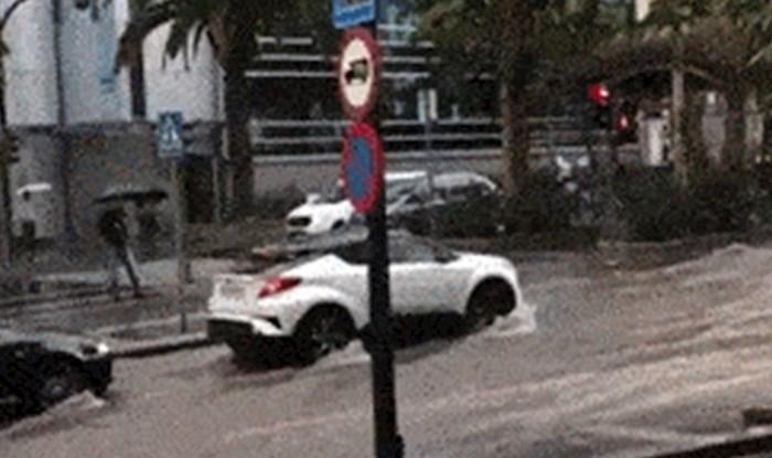 Ulice grada bile su poplavljene, prolaznik je snimio bizarnu scenu na cesti