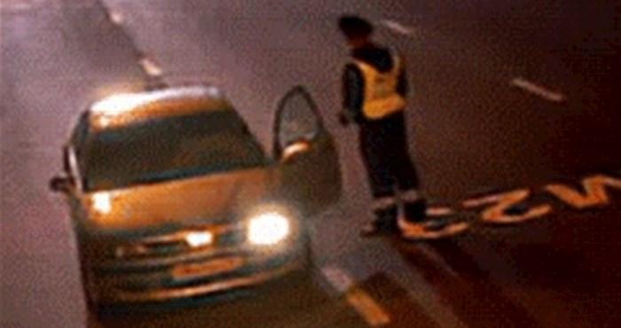 Kad je vidio što se događa, policajac je zaustavljenom vozaču odmah htio ući u auto