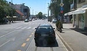 Vozači su vidjeli auto parkiran ispred semafora, nisu mogli vjerovati svojim očima kad su vidjeli što je uslijedilo