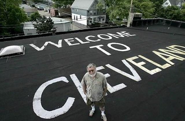 """Ovaj lik živi u Milwaukeeju, a na krovu svoje kuće napisao je zbunjujuću """"dobrodošlicu za pilote"""" na kojoj piše sasvim drugi grad."""
