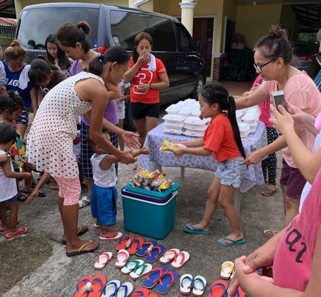 """""""Naša kćerkica (u crvenoj majici) rekla je da ne moramo trošiti novac na njen rođendan i da umjesto toga taj novac potrošimo kako bismo pomogli drugoj djeci. Jako smo ponosni na nju."""""""