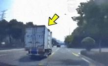 Vozač ovog kamiona imao je ogromnu dozu sreće, i sam se začudio kad je kasnije vidio snimku