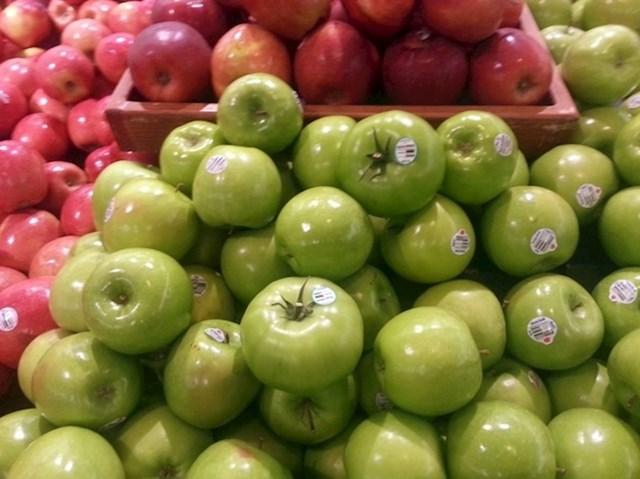 Netko je u supermarketu na odjelu voća i povrća postavio uljeze među zelene jabuke...