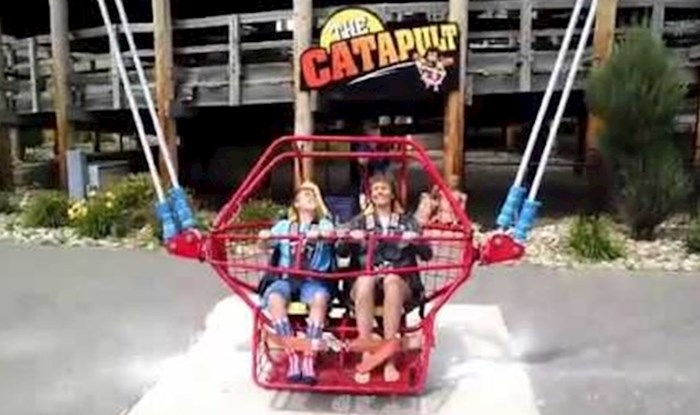 VIDEO Mama i sin su u zabavnom parku sjeli na katapult, čudo im je u posljednji tren spasilo život
