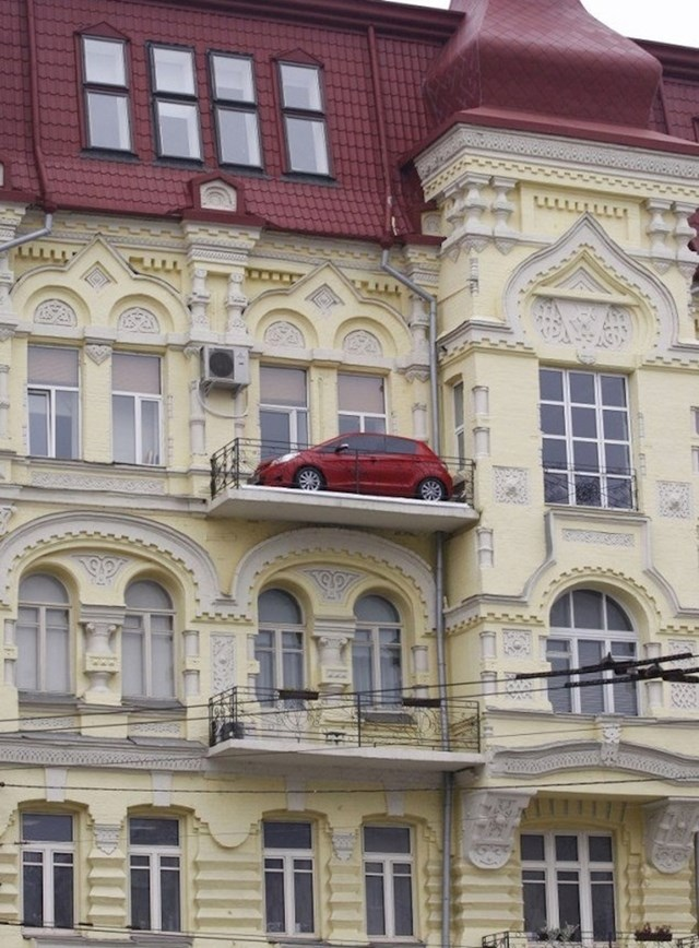 Što ovaj auto radi na balkonu i kako je dospio tamo?