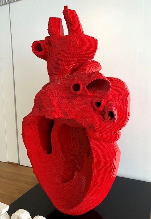 Veliko anatomski ispravno srce napravljeno od LEGO kockica