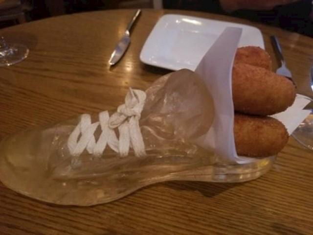 Jeste li ikad jeli iz obuće? Ovaj lik je morao.