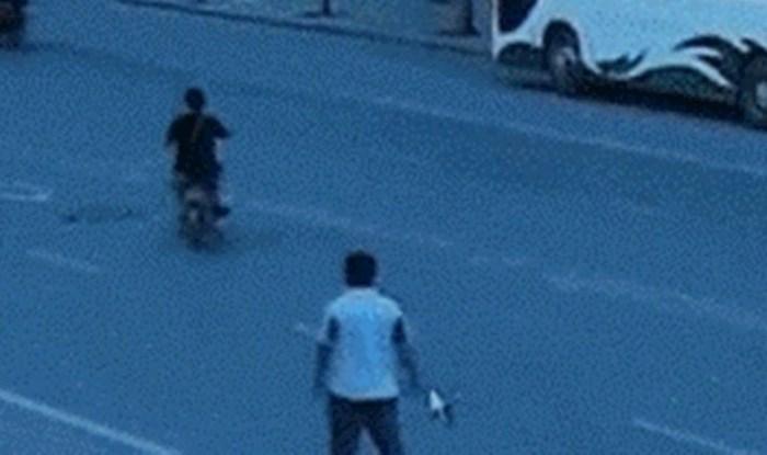 Muškarca je udario automobil, no ljudi se smiju kad vide ovu snimku