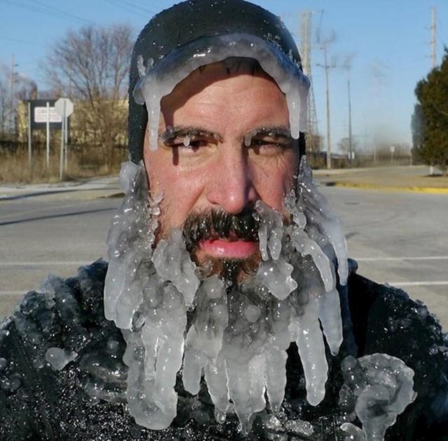 Bilo je toliko hladno da mu se i brada zaledila.