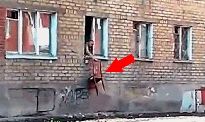 Starija žena je gurnula stolicu kroz prozor, netko je snimio zbog čega je to zapravo učinila