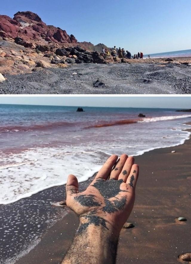 Plaža s pijeskom koji izgleda kao šljokičasti prah
