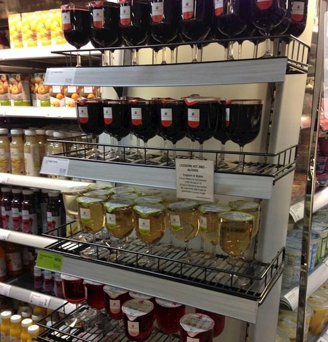 Ne treba vam čitava boca? Treba vam nešto iz čega ćete piti? U britanskim supermarketima neka pića možete kupiti u čašama.
