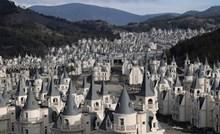 Izgradili su selo sa stotinama malih dvoraca pa primijetili problem kad je već bilo prekasno