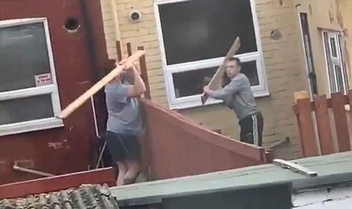 VIDEO Netko je snimio djetinjastu svađu susjeda koji stvarno nisu htjeli daske u svom dvorištu