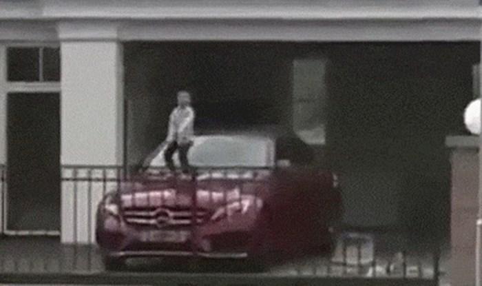 Čovjek je primijetio čudan prizor u susjedov dvorištu, pogledajte kako se dijete igralo