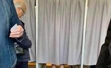 Ljudi su čekali u redu za glasanje, ispred kabine su ugledali neobjašnjiv prizor