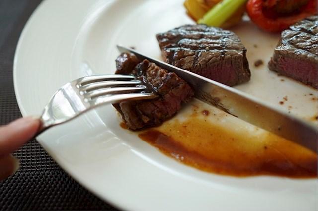 Steak režite suprotno od smjera vlakana u mesu - tako će ono ostati mekano.