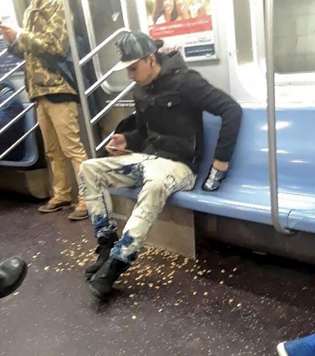Jeo je pistacije u metrou.