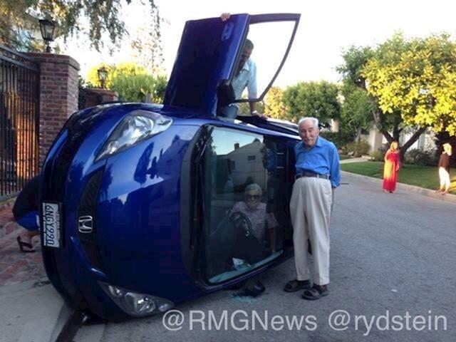 Stariji bračni par je imao prometnu nezgodu. Auto im se okrenuo, no oni su prošli bez ogrebotine. Slikali su se dok su čekali policiju i vatrogasce.