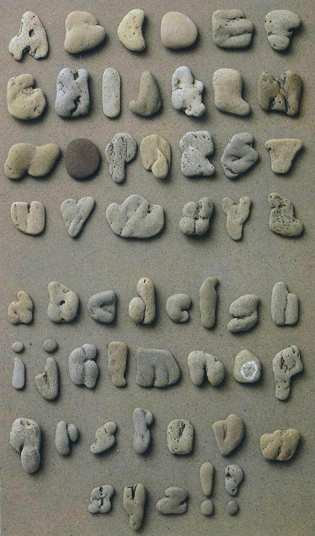 Kamenčići u obliku velikih i malih slova abecede