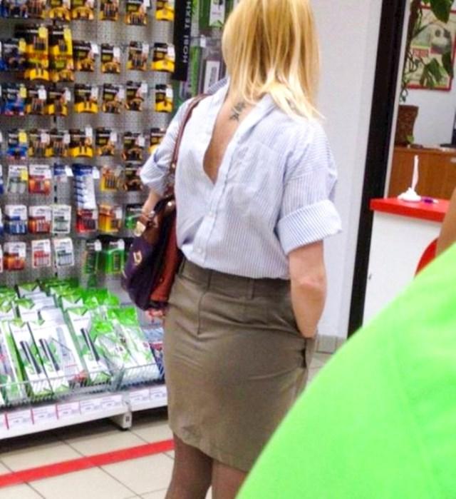 Kako je uopće uspjela zakopčati košulju?