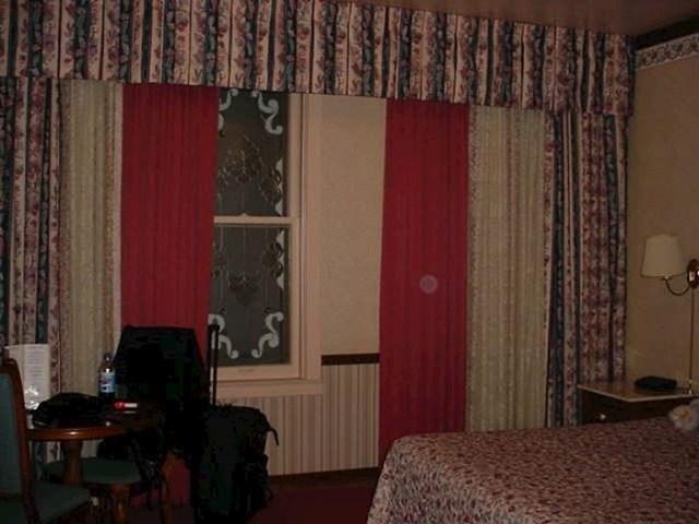 Još jedna odlična soba za ljubitelje modernih zavjesa.
