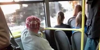 Ovaj djed je sebi osigurao mjesto u gradskom autobusu i postao hit na društvenim mrežama
