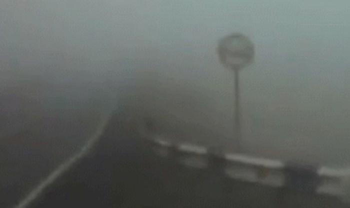 Šokantna snimka auto kamere pokazuje zbog čega morate biti jako oprezni kad je maglovito