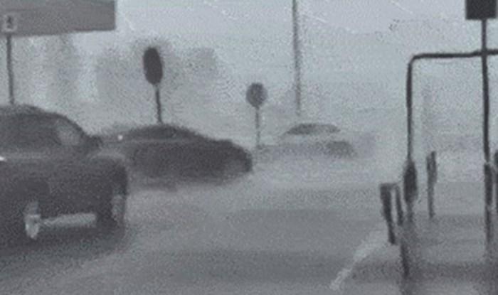 Snimao je užasnu oluju, a onda je na parkingu supermarketa vidio nešto jako čudno