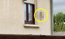 Čovjek je primijetio bizaran detalj na jednoj kući u selu, pogledajte što su imali oko prozora