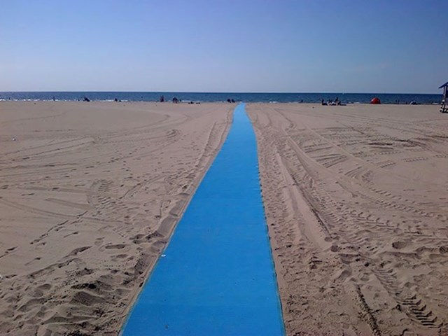 Na ovoj plaži su postavili put za osobe u invalidskim kolicima.