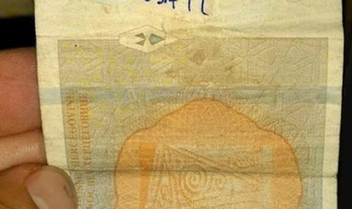 Konobar se počeo smijati kad je primijetio što je pisalo na novčanici koju je dobio