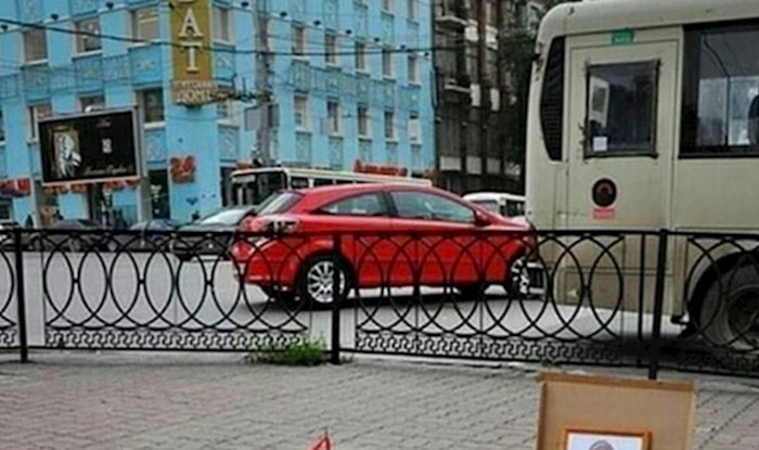 Rus je kraj kanalizacijskog šahta postavio nešto što je nasmijalo prolaznike