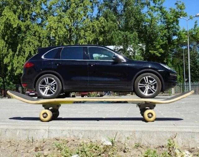 Automobil na ogromnom skateboardu?