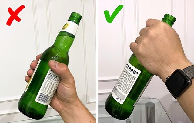 Boce za pivo imaju dugačko grlo jer ih na tom mjestu navodno trebate držati kako se pivo ne bi grijalo toplinom vašeg dlana.