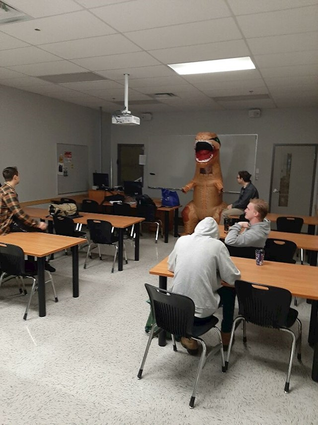 """""""Naš profesor je jedini došao u kostimu. 😂"""""""